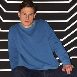 Garment dyed cadet blue sweatshirt   Мы уже рассказывали о технологии окрашивания garment dyed, в которой изделию, с помощью специального состава придают винтажное звучание. В такой технике у нас выполнено несколько футболок и свитшоты. Заметим, что «состаривание» только визуальное, по качеству материал остаётся таким же, в составе 100% органический хлопок, экологически чистый и тактильно приятный.   7,200₽  #STSU720  #organiccotton #garmentdyed #streetfashion