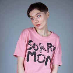 На модели представлена футболка из плотного хлопка «Sorry Mom» от творческого объединения Hattomonkey. Про задумку этого принта уже неоднократно написано в других наших постах, поэтому здесь мы акцентируем внимание на самой футболке. Её отличительными чертами является квадратная форма и заниженная линия плеча. За счёт них, футболка свободно сидит на теле и не сковывает движений. Цвет: Canyon Pink - отлично сочетается как с чёрными вещами в стиле casual, так и с белыми спортивными джоггерами в духе street wear.  3200₽ Доступно к заказу на сайте и в оффлайн магазине в здании Бутылка.  #freelabelme #hattomonkey #органическийхлопок